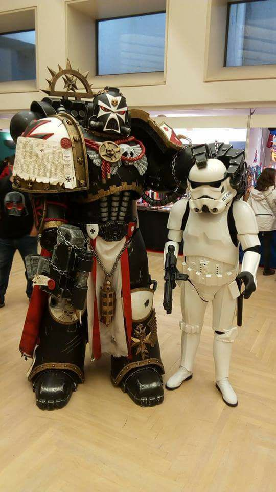Cosplay Stormtrooper vs Warhammer 40 000 Space Marine